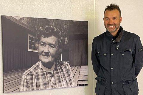 - Bildet er tatt sammen med bildet av Mary Eliassen, som var en av de første som begynte med rorbuturisme i Lofoten rundt 1960, sier daglig leder Eirik Bræin Gikling ved Eliassen rorbuer.
