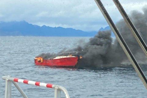 Sjarken gikk til bunns etter brannen.