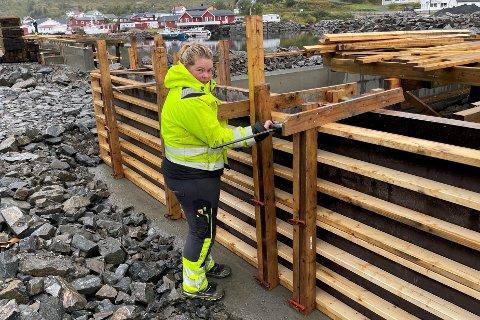 Tobarnsmoren Rebekka Slydahl (30) fra Opdøl har startet som lærling i betongfaget hos Espen Larsen i Støypit AS. Her jobber hun med ny kai på Reineholmen på Ballstad.