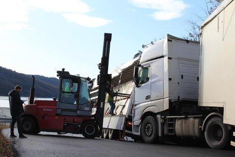 PROBLEMER: En lastebil/trailer fikk problemer i formiddag like ved nedkjørselen til Lyngdal havn.