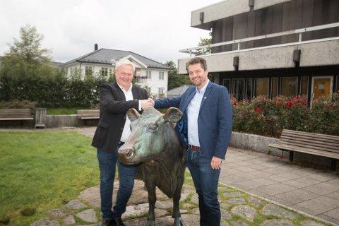 MANGE VERV: Ordfører Jan Kristensen (H) til venstre) og varaordfører Jon-Are Åmland (KrF) får det travelt med å representere Lyngdal.