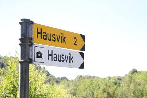 NETTSTASJON: Her ute ved Hausvik går rådmann inn for å være med på et lite spleiselag til ny nettstasjon