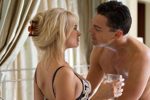 INTENS OG LANG: Margot Robbie og Leonardo DiCaprio i The Wolf of Wall Street. Av og til kan det blir for mye nakenhet, grenseløs sex og vill festing, noe som klipperne kanskje kunne ha spart litt på, men det alene er ikke nok til at vi kan la være å anbefale denne filmen. (Alle foto: UIP)