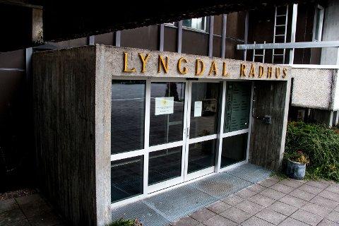 STENGT: Bare personer med forhåndsavtale slipper inn i kommunale lokaler i Lyngdal og på Konsmo. Også helsestasjonene er stengt.