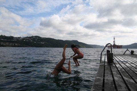 HOPPER OG STUPER: Sofie Naterstad og Ivana Zekic hopper og stuper fra byggen på Rosfjord.