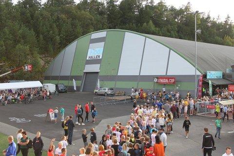 KØ: Da det ble arrangert diskotek var det lange køer utenfor hallen.