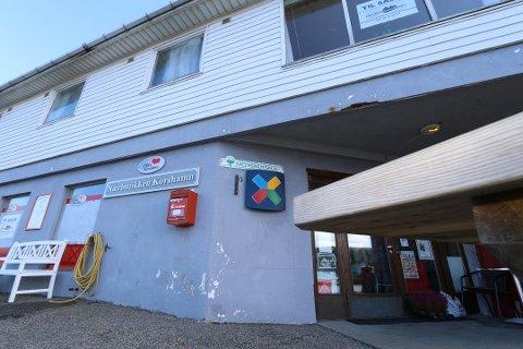 OPPOVER: Nærbutikken i Korshamn omsatte i fjor for 6,97 millioner kroner. Alle piler peker i riktig retning for butikken og samlingsstedet ved kaien.
