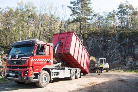 VANSKELIG TERRENG: Endre Børufsen (bak bilen) har erfaring fra brannslukking i vanskelig terreng og har grunnlag for å bedømme det nye nødnettet.