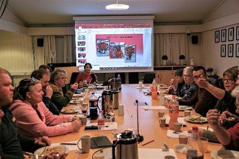 ÅRSMØTE: Fra årsmøtet i Lyngdal arbeiderparti i den gamle kommunestyresalen på Konsmo. For enden av bordet Ila d. Patel, som ble gjenvalgt som leder.