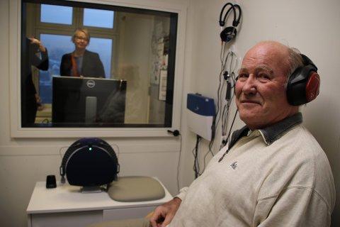 NYTT TILBUD: Anton Kjørrefjord er representant for brukerne som lokallagsleder av Hørselhemmedes Landsforbund (HLF) for Farsund, Hægebostad og Lyngdal. Her tester han det nye rommet mens adm. sykehusdirektør Nina Mevold står ute i kontrollrommet.