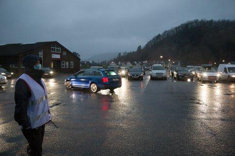 TIMER I KØ: I helga måtte folk vente i timer i kø mens massetestingen ble gjennomført. Røde Kors stilte med køordnere, blant dem Rigmor Espeland. I dag ble en ny runde med massetesting avlyst.
