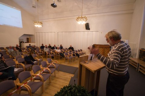 KORONA: Til tross for korona, var det mange som kom for å høre Arne Georg Smedsland  orientere om lokalslakteriplanen da planene ble presntert på Konsmo.