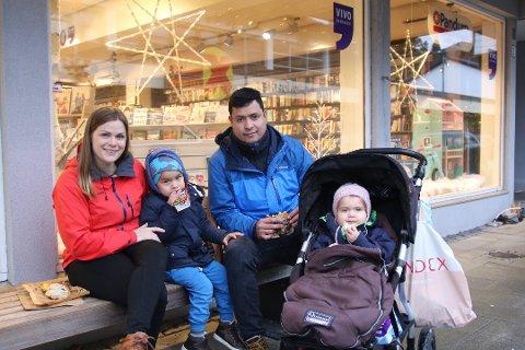 FERDIG MED JULEGAVENE: Familien Colombus, som består av Elisabeth, Mathias, Dennis og Alicia, fikk unnagjort julegavehandelen tidlig. Den siste tiden før jul bruker de til å slappe av å kose seg på bytur i Lyngdal.