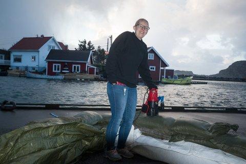 10. FEBRUAR: Siv Aavik hadde barrikadert Nærbutikken i Korshamn bak sandsekker. Hun slipper etter alt dømme å gjøre det i dag.