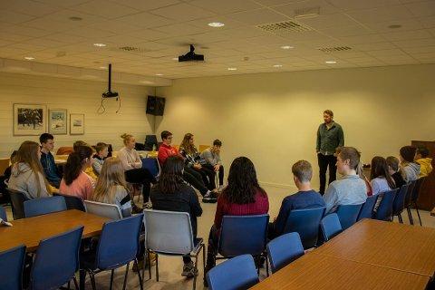 OPPLÆRING FOR MEDLEMMER AV UNGDOMSRÅDET: På bildet er ungdomsrådet i full opplæring av Marius Thoresen (Kulturkonsulent og koordinator for Lyngdals ungdomsråd).