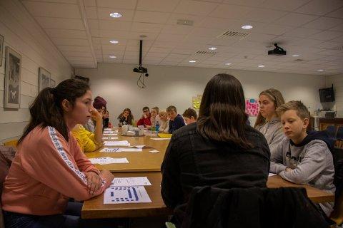 UNGDOMSRÅDET: Her er de samlet under mandagens møte. Ungdomsrådet i Lyngdal kommune er flink og har mange gode forslag og meninger å komme med.