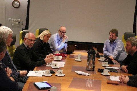 STILTE OPP: På møtet mandag kveld var blant annet prosjektleder Nils Ragnar Tvedt for planarbeid i Statens vegvesen, utbyggingssjef Anne Stine Johnson i Nye Veier for E39 fra Lyngdal til Ålgård og prosjektdirektør Asbjørn Heieraas for Nye Veier E39. Til høyre ordfører Torbjørmn Klungland (Frp).