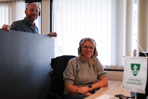 KORONATELEFONEN: Oddveig Skårland Georgescu var blant dem som betjente den kommunale koronatelefonen. Til venstre kommunalesjef Ronn6y Bjørnvåg.