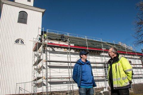 FULLFØRT: i fjor fikk Kvås kirke nytt tak. I vår starter malerarbeidene. Foran kirken kirkeverge Carl Magnus Salvesen (til venstre) og entreprenør Oddbjørn Stangborli.
