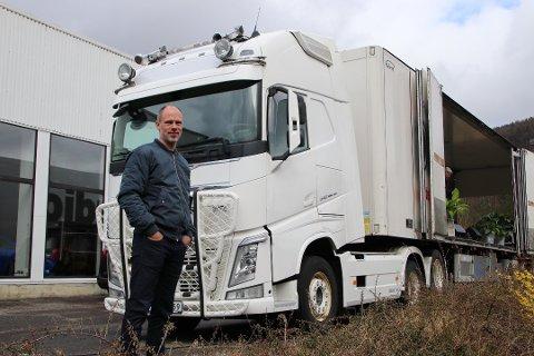 FIKSET BIL: Stig Jerstad fra Lyngdal fikset lastebil fra Lyngdal. Dermed hadde drive-in-gudstjenesten på Trøngsla i Flekkefjord scene.