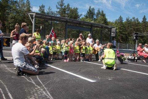 TOGSANGER: Konsmo barnehage gikk til Audnedal stasjon for å synge togsanger da stasjonen gjenåpnet i fjor sommer. Tirsdag kan barnehagen gjenåpne, også.