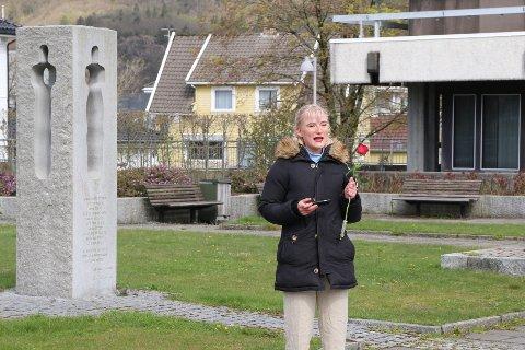 APPELL: Dina Sandnes Reppen fra AUF Lyngdal holdt en kort appell før rosenedleggelsen.