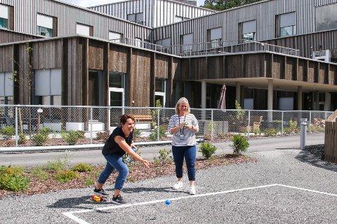 BOCCIABANE: Fra venstre, Hildegunn Vik Risnes og Åshild Gysland tester ut den splitter nye bocciabanen i parken ved helsehuset.