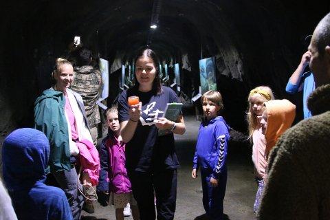 FØLGER SPENT MED: Barna følger spent med når Veronika Friestad forteller, her viser hun frem et glass med lakserogn.