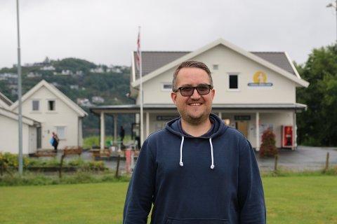 CAMPINGTURISTER: Thomas Knutsen er glad for at campingturistene tar turen til Lyngdal Bibelcamp denne sommeren også.