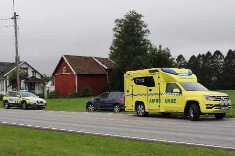 NØDETATER: Politiet og ambulansen kom raskt til stedet etter melding om trafikkulykke, like før klokken 15 tirsdag.