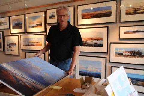 GJØR SEG KLAR: Kunstner Ole Ertzeid gjør de siste bildene klare før han åpner sommerutstillingen til helgen.