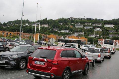 MYE TRAFIKK: Mye trafikk langs veiene fører til at mange billister tar farlige sjanser i trafikken.