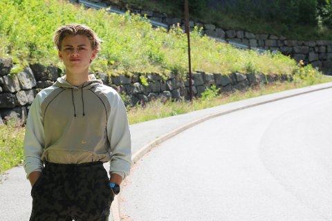BAKKE: Henrik Emil Rosså startet løpeturen sin ved de bratte bakkene bak Lyngdal Kristne Grunnskole.