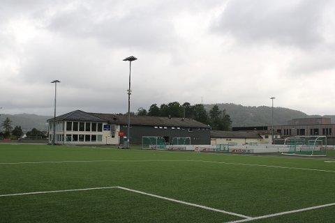 IKKE ET MENNESKE: Det var ikke et menneske å finne på Lyngdal stadion lørdag, hvor det egentlig skulle ha foregått fotballturnering for gutter 11.