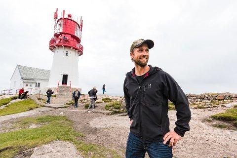 FYRVOKTER: En fornøyd Frank Otto Røiseland etter at han ble ansatt som fyrvokter på Lindesnes i 2017. Fredag kom meldingen om at han får fortsette i jobben.