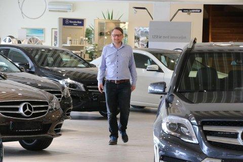 ELEKTRISK: Lars Magne Støle i Karosserien spør mange elbiler på Motordagen i Alleen. – Men våre er de tøffeste, sier han med et smil.