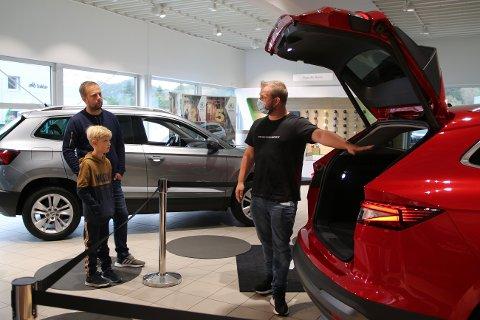 SKODA ENYAQ IV: Salgskonsulent Rick Meijer hadde gledet seg lenge til å vise frem den nye elbilen Enyaq. Her viser han frem bilens store bagasjerommet til Frode og sønnen.