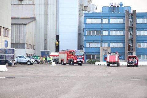 STORE MANNSKAPER: Brannmannskaper fra Kvinesdal, Lyngdal og Mandal ble kalt ut til brannen på Eramet.