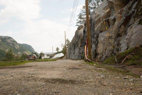 FOR BRED: Grunneierw langs den nye gang- og sykkelstien i Kvås mener kommunen har forsynt seg med for mye av eiendommen deres.