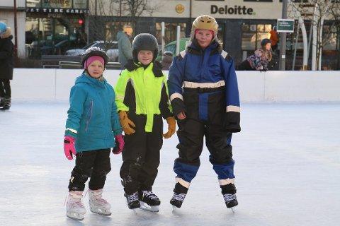 SKØYTER: Julie Erland Nøkland (7), Caspian Svinstad (7) og Malin Svinstad (10) brukte lørdagen til å kose seg på isen.