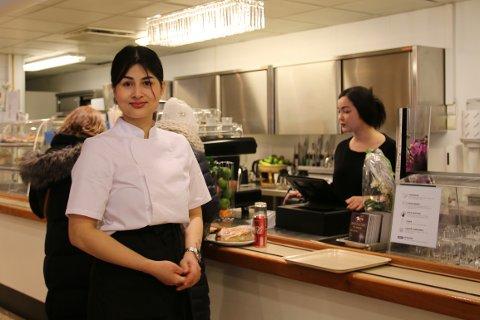 KOKK: Jomjai Jantarasinghan er kokk og driver av den nye kafeteriaen, Små-pris Café.