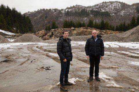 INTET VERFT: Knut Foss (til høyre) medgir at det ikke ligger  noe verft på Verven. Men navnet på området ved Foss er svært gammelt – og Verven kan har andre betydninger. Til venstre sønnen Pål Gunnar Foss.