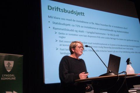 OPPLØFTENDE: Økonomisjef Elin Rugland Falkum kunne legge fram en oppløftende tertialrepport for lokalpolitikerne.