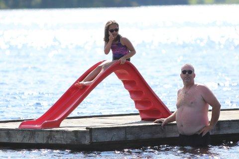 BADING: Daisle og pappa Atle Stensgårdbakken ble positivt overrasket av den nye vannsklien når de reiste til Byremosanden for å bade.