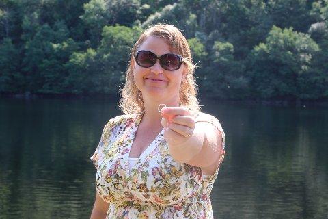 FUNNET RING: Gudveig Lima holder frem ringen som hun håper å finne den rette eieren til.