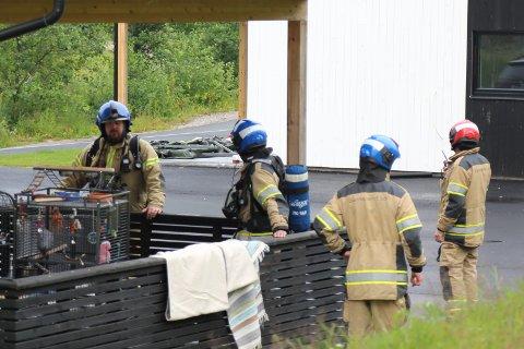 RØYKDYKKERE: Fullt utstyr måtte på for å kunne ta seg inn i den røykfylte boligen.