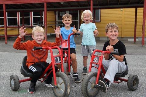 SYKKEL: Kameratene freste fort rundt hele skolegården denne sommerdagen. Fra venstre: Georg Lucas Sakshaug (6), Sebastian Tønnesen (6), Sebastian André Breiland (5) og Magnus André S. Litland (7).