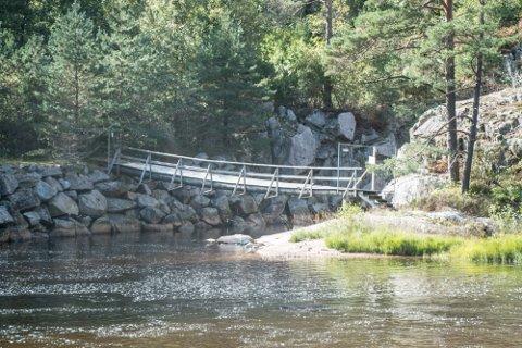 FARLIG: Gangbroa over den såkalte kanalen som er sprengt ut ved siden av Gislefoss er farlig å bruke. Den er derfor stengt. Det gjør det vanskelig å fiske fra vestsida av fossen.