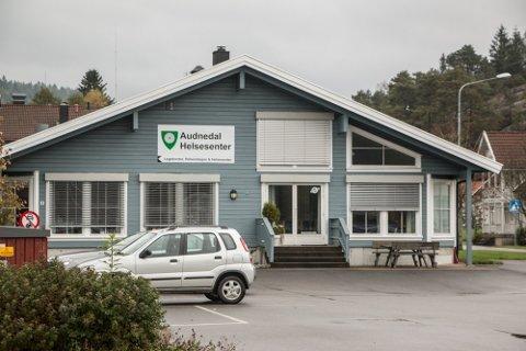 SELGES: Det gamle bankbygget på Konsmo er blant bygningene kommunen vil selge.