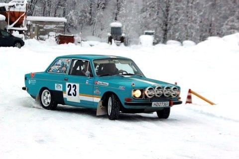 Det blir fart og spenning når disse klassiske rally-bilene inntar byen lørdag.